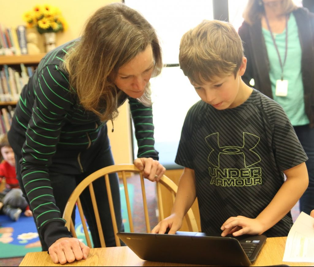 librarian helps student find reliable resources